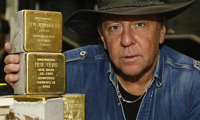Günter laat enkele Stolpersteine zien voor hij ze in het plaveisel aanbrengt voor het huis waar Joodse mensen in de oorlog zijn weggehaald en vermoord door de nazi's.